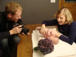 Fotografija dojenčkov - Janez Marolt med fotografiranjem na domu