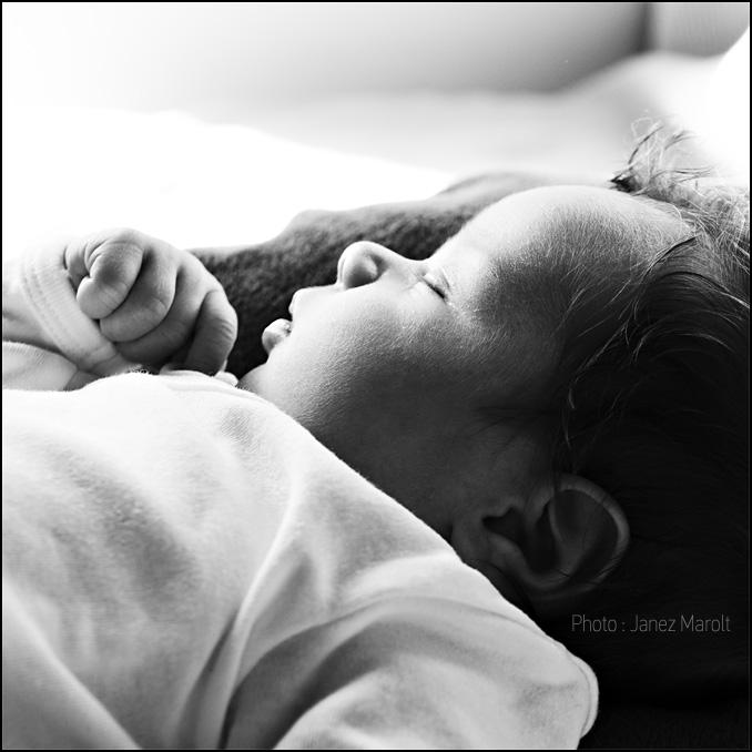 Fotografija speče punčke dojenčice